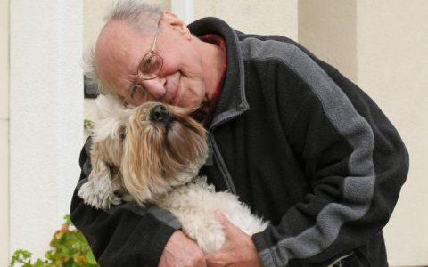 老年人养宠物好处多:减压有生活目标