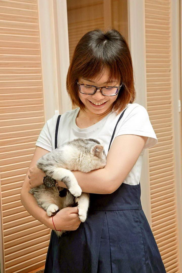 """猫咪紧张时,如果主人还强迫""""婴儿抱""""让猫咪翻肚,可是会让它们更加焦虑害怕喔!"""