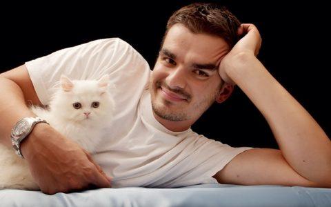 为什么猫咪更喜欢跟男主人呆在一起而不是女人?