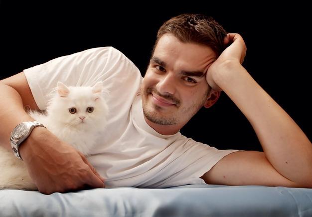 男人的声音更低沉,猫咪听着更舒服